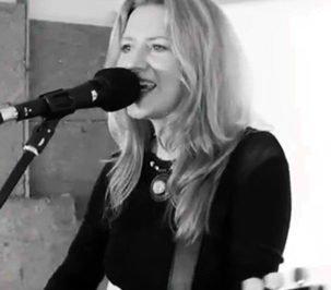 Suzi - Solo Guitar & Vocals