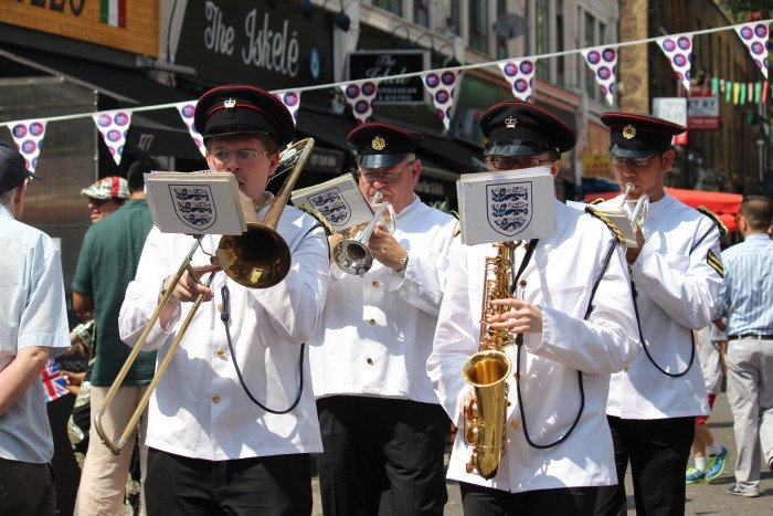 summer-outdooe-busking-bands